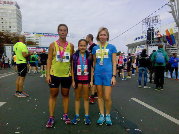 тренер по бегу клуба STRELA Светлана Послухаева с воспитанниками после финиша забега