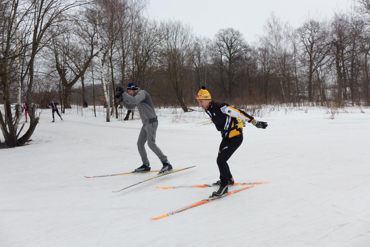 На тренировке по лыжам тренера клуба STRELA Игоря Педоса. Работа над техникой конькового хода.