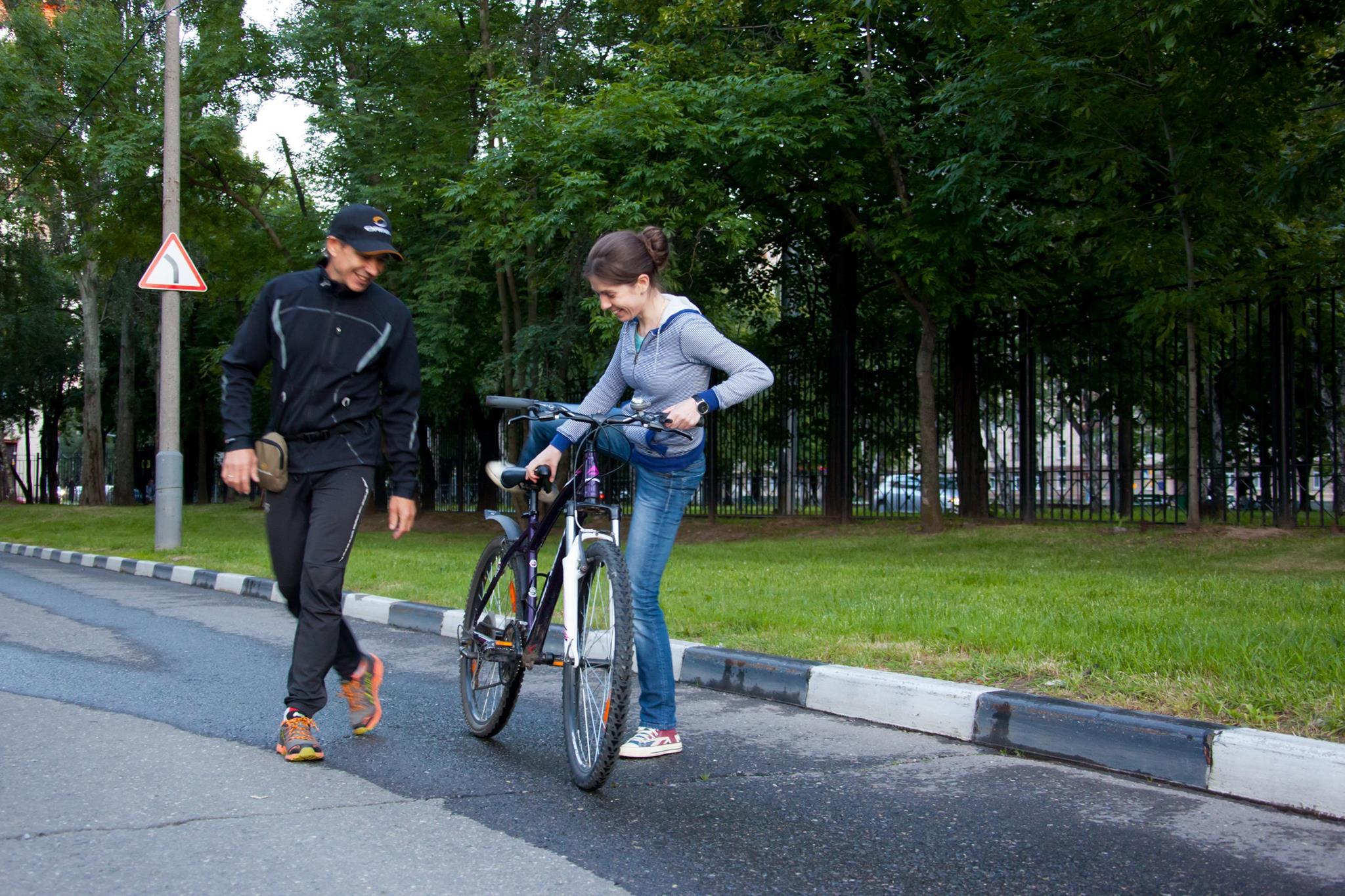 Занятие по обучение езде на велосипеде для взрослых проводит тренер клуба STRELA Юрий Столяров