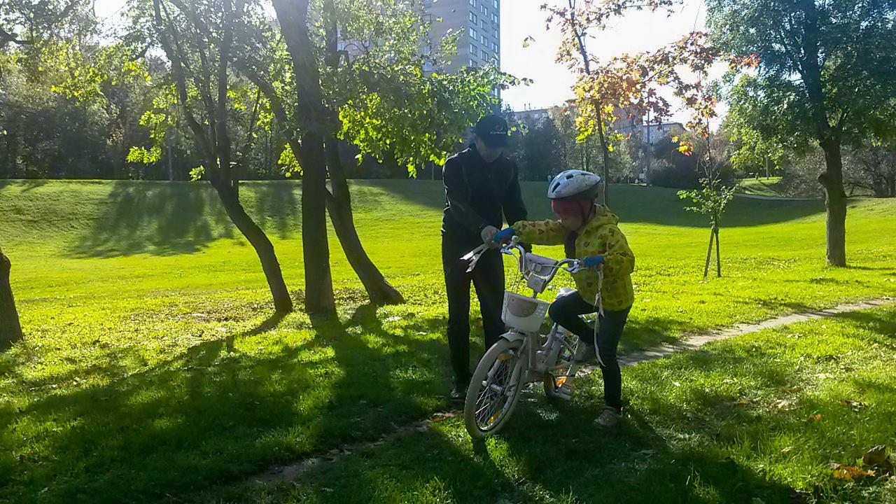 Тренер клуба STRELA поможет вашему ребенку научиться кататься на велосипеде