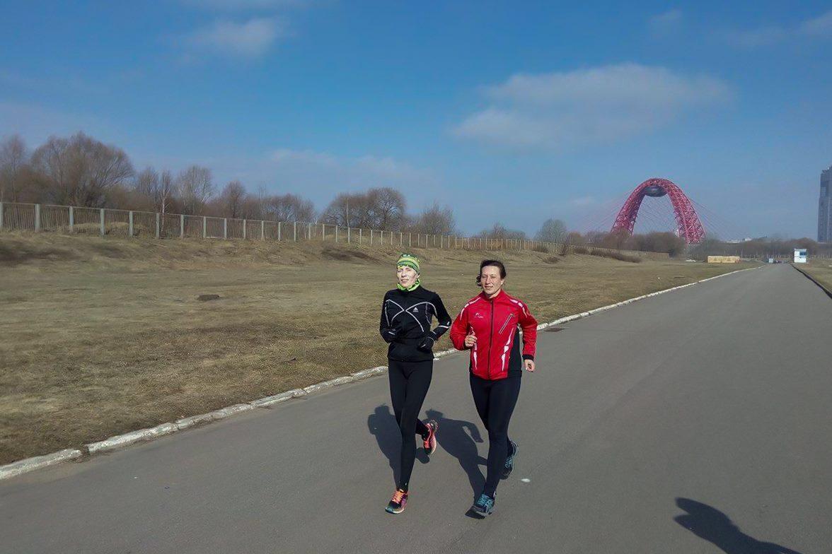 тренер по бегу клуба STRELA Светлана Послухаева проводит тренировку в Крылатском