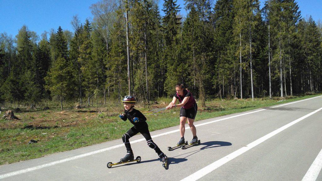 Тренер по беговым лыжам клуба STRELA Светлана Послухаева проводит тренировку на лыжероллерах