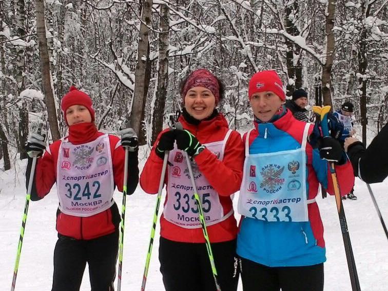 Тренер по беговым лыжам клуба STRELA Светлана Послухаева с учениками. Участие в соревнованиях Лыжня России