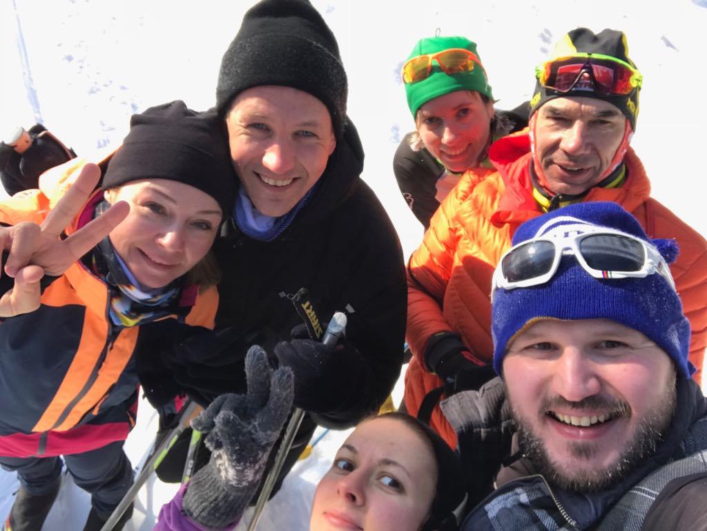 тренер клуба STRELA Юрий Столяров с группой во время лыжной тренировки на Волкуше
