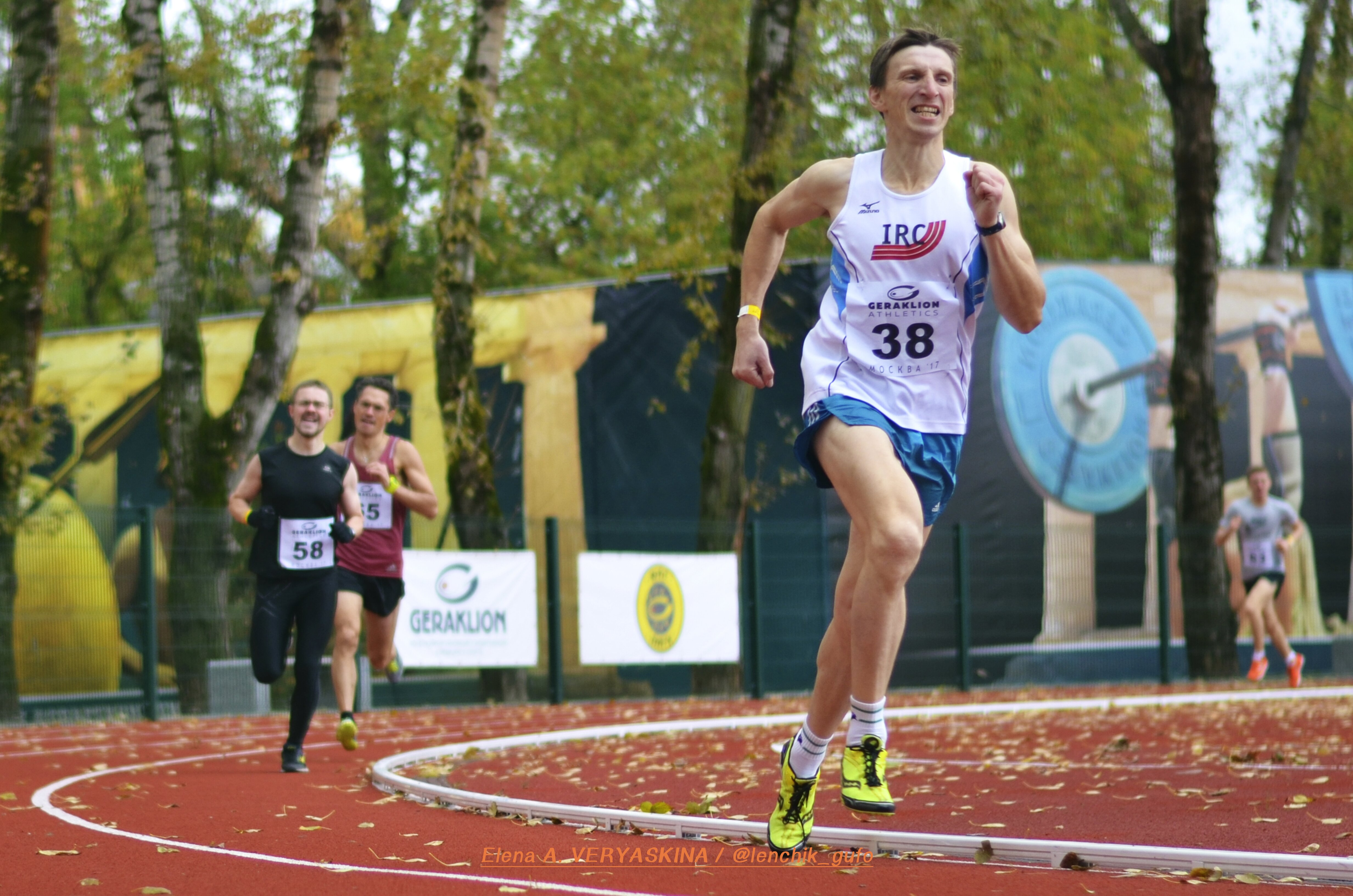 Тренер по бегу клуба SRELA Владимир Метелкин во время соревнований на стадионе