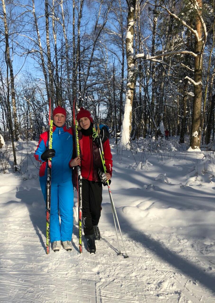 Тренер по беговым лыжам клуба STRELA Светлана Послухаева с учеником.