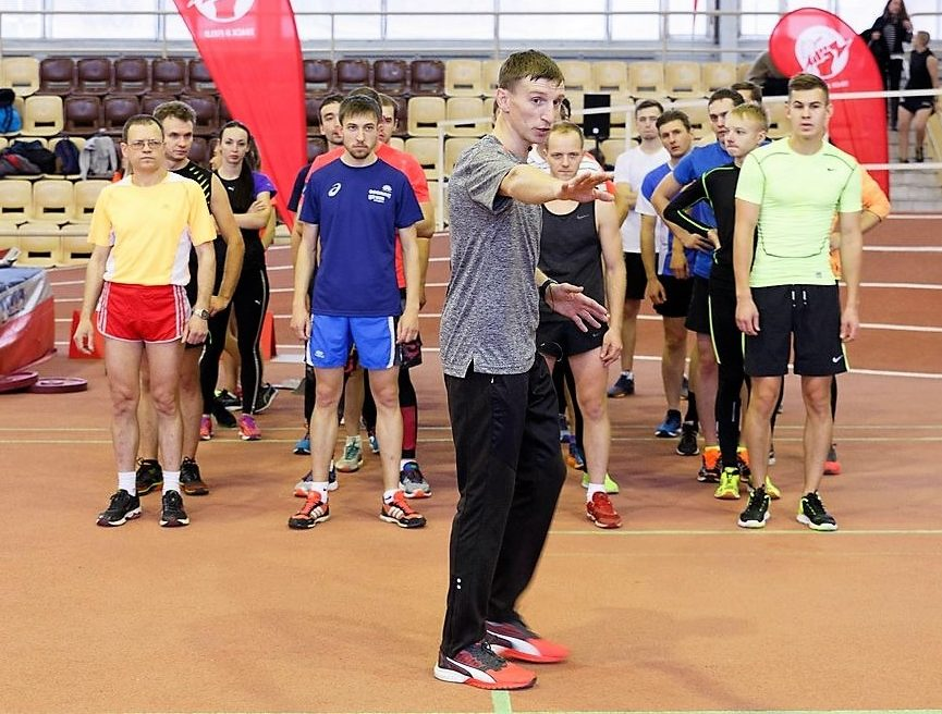 Тренер по бегу клуба SRELA Владимир Метелкин проводит групповую тренировку