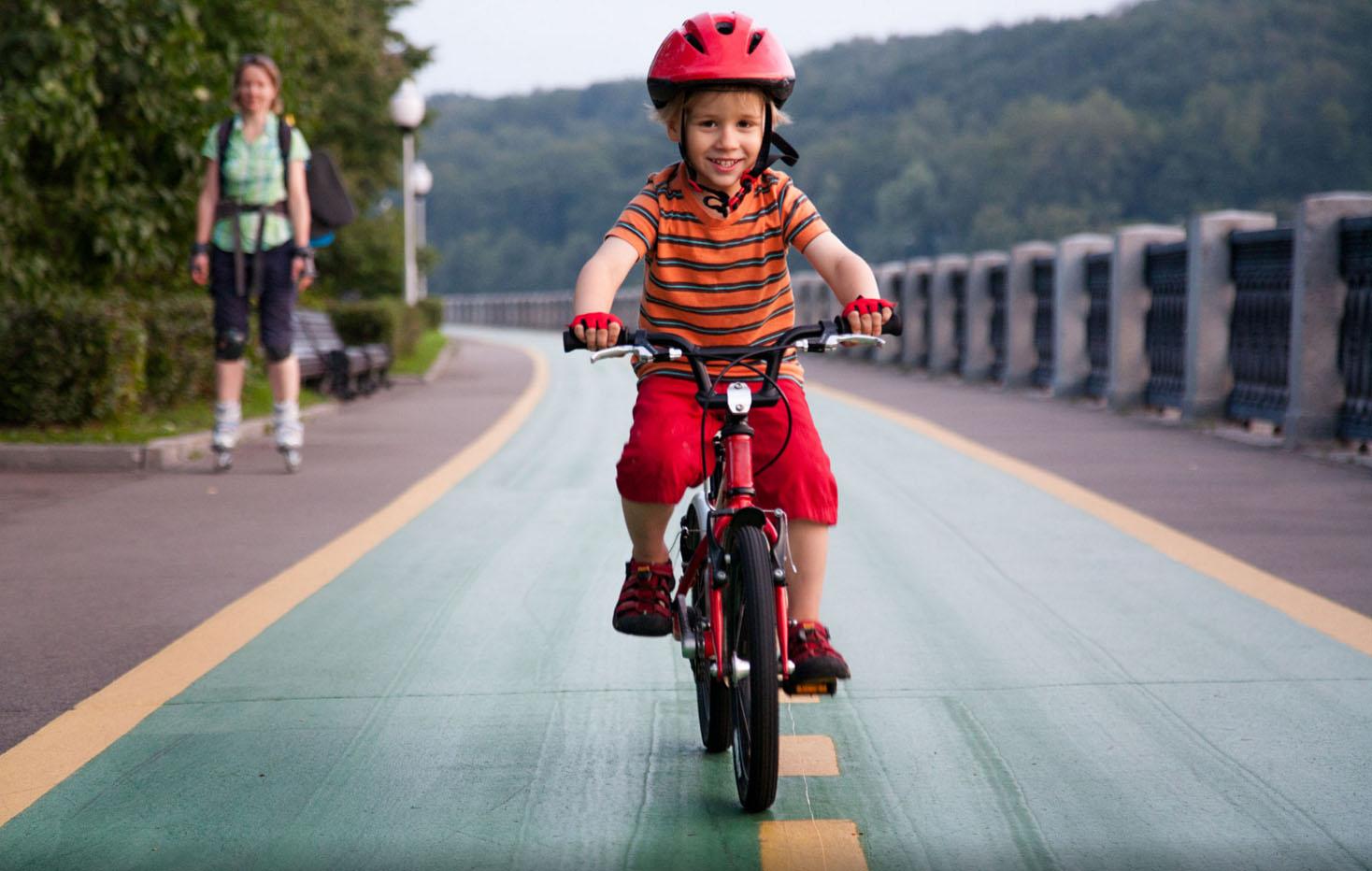 научите ребенка кататься на двухколесном велосипеде