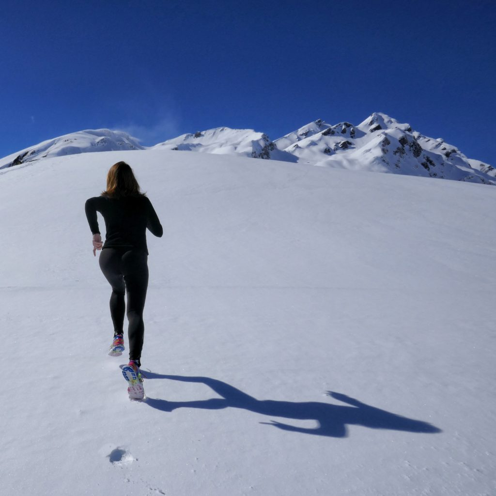 бег зимой по снегу
