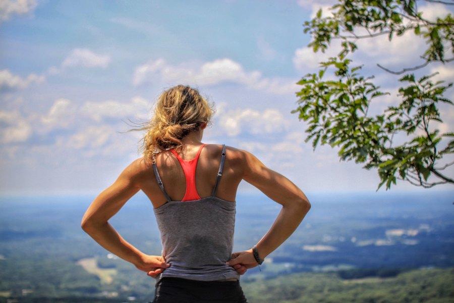 бегунья на вершине холма