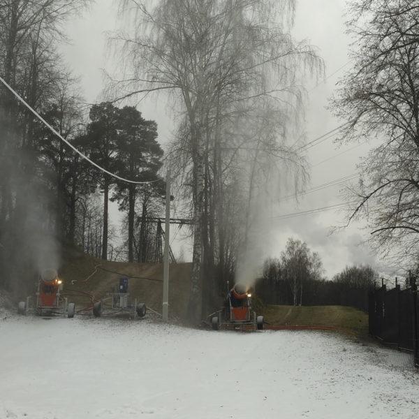 снежные пушки на лыжной трассе в Красногорске