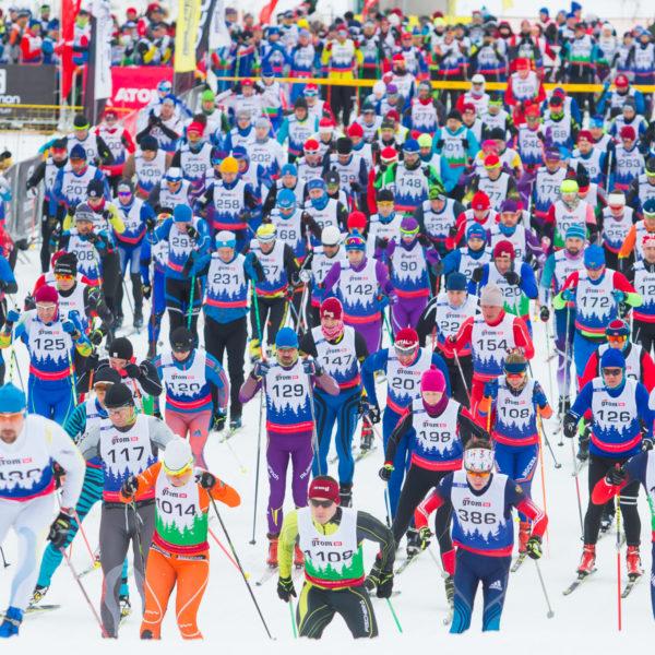 старт лыжной гонки с масс-старта