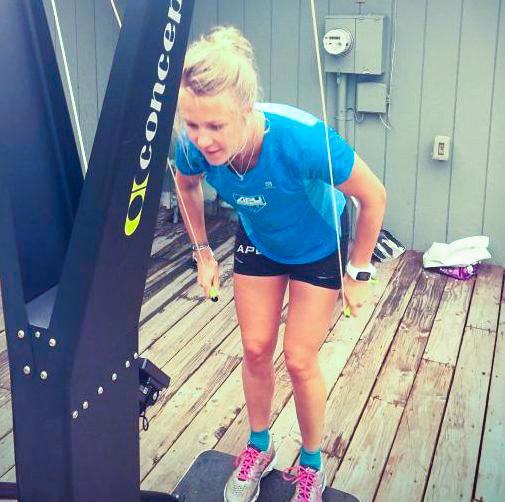 Сэйди Бьорнсен (США) выполняет тренировку на лыжном тренажере