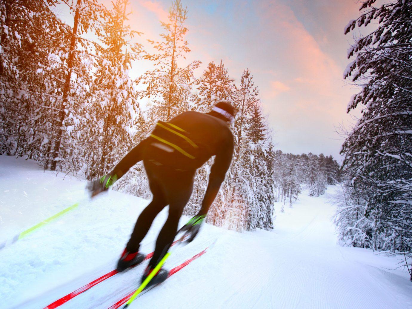 лыжник на спуске