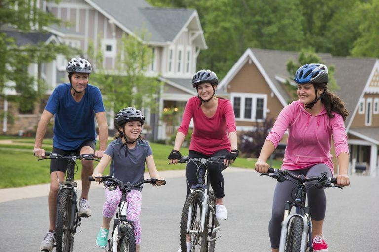счастливые люди на велосипедах